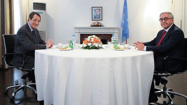 Anastasiades und Akinci bei ihrem Treffen auf dem Flughafen von Nikosia