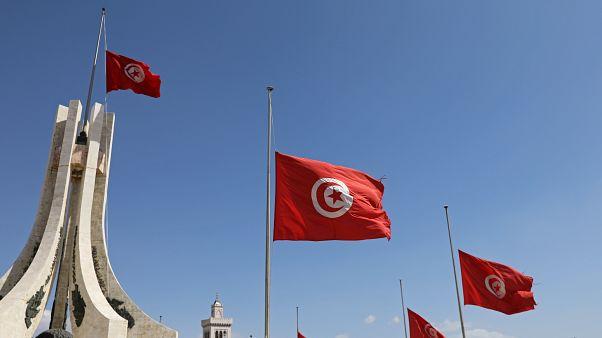 نحو 100 مرشح يقدمون أوراقهم لخوض سباق الانتخابات الرئاسية في تونس