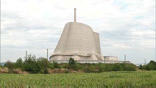 شاهد: لحظة انهيار برجٍ لمفاعل نووي في ألمانيا