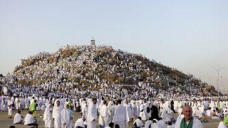 Hac vazifesini yerine getirmek için Mekke'de bulunan 2 milyonun üzerinde hacı adayı Arafat'a çıktı.