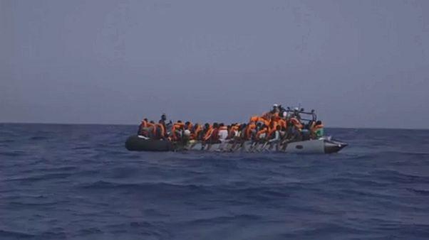 Navios de resgate aguardam no mar por desembarque de migrantes