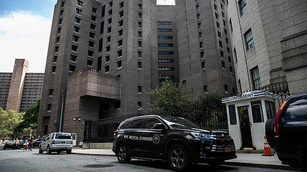 Un véhicule de médecin légiste, devant la prison du Metropolitan Correctional Center à Manhattan où Jeffrey Epstein a été retrouvé mort. New York, le 10 août 2019.