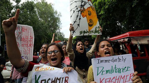 مظاهرات في كشمير يسيرون خلال تظاهرة عقب قرار الهند تجريد المنطقة الحكم الذاتي الدستوري