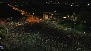 Tízezrek tüntettek a brutális oszlatás első évfordulóján Bukarestben