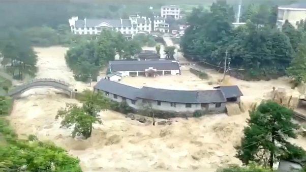Δεκάδες νεκροί και πολλές καταστροφές από το πέρασμα του τυφώνα Λεκιμα
