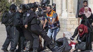 İsrail polisi, Filistinlilere Harem-i Şerif'in içinde müdahale etti. Bir İsrail polisi, müdahale sonucu yere düşen Filistinli kıza tekme attı