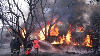 رجال إطفاء يعملون على إخماد النيران المنبعثة من صهريج الوقود المنفجر في تنزانيا. 10/آب 2019