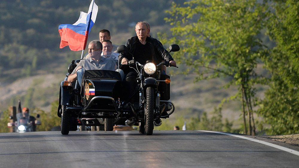"""Während Protesten in Moskau: Putin posiert mit """"Nachtwölfen"""""""
