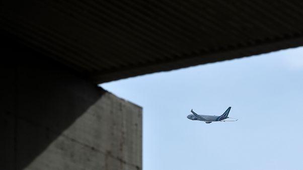 إيطاليا: شظايا تساقطت من طائرة تسببت في تهشيم سيارات وأسطح منازل قرب مطار روما