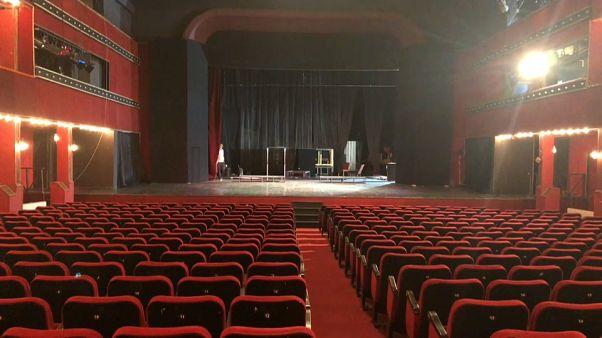 Le poltrone rosse del Teatro Nazionale Albanese di Tirana.