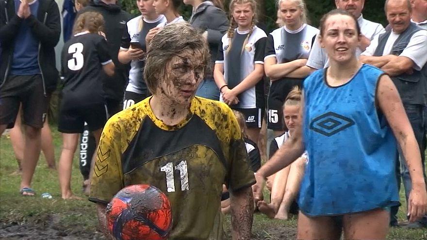 فوتبال سخت روی گِل و لای در جریان فستیوالی در بلاروس