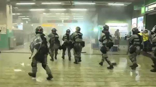 Χονγκ Κονγκ: Επεισόδια και ρίψη δακρυγόνων σε σταθμό τρένου