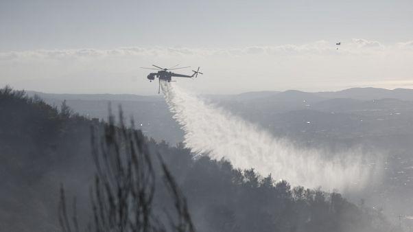 Ελικόπτερα του Πυροσβεστικού Σώματος προσπαθούν να κατασβέσουν την φωτιά στον Υμηττό