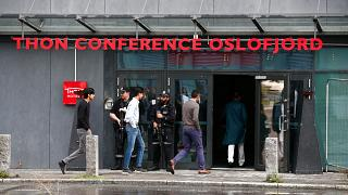 ضباط شرطة مسلحون يحرسون مسجد النور في النرويج في اليوم الأول من أيام عيد الأضحى