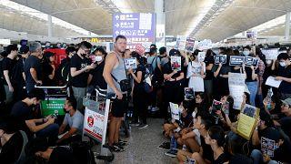 Aeroporto de Hong Kong cancela voos