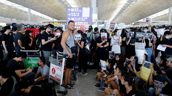 Protestolar şiddetlendi; Hong Kong Uluslararası Havalimanı'ndaki tüm uçuşlar iptal edildi