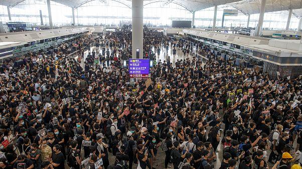 """إلغاء جميع الرحلات في مطار هونغ كونغ بسبب الاحتجاجات وبكين ترى """"مؤشرات إرهاب"""""""