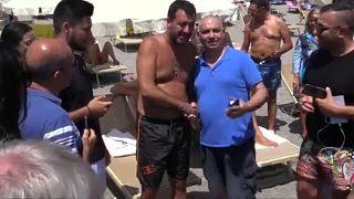 Deputados em Roma, Salvini na praia