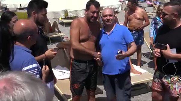 Сальвини просят вернуться с пляжа в парламент