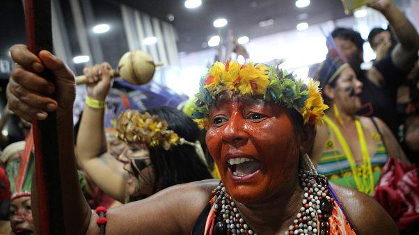 Γυναίκες ιθαγενείς της Βραζιλίας διαδηλώνουν για τη «Μητέρα Φύση»