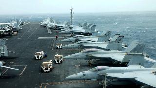 حاملة الطائرات الأمريكية يو إس إس أبراهام لينكون في خليج عمان