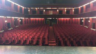 شاهد: معتصمون يحتلون المسرح الوطني الألباني في محاولة لإنقاذ المبنى التاريخي