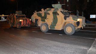 Türk Silahlı Kuvvetleri (TSK) Suriye sınırındaki askeri birliklere zırhlı araç ve komando takviyesi yaptı