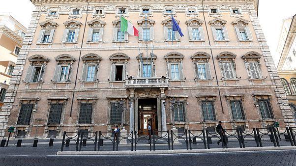 İtalya'da hükümet krizi: Tatildeki senatörler güven oylaması için geri çağrıldı