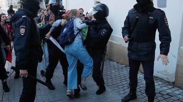 الشرطة تحتجز داريا سوسنوفسكايا بعد مظاهرة تطالب بانتخابات محلية حرة