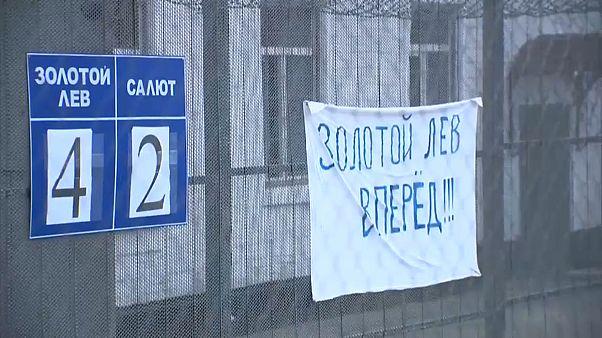 شاهد: نجما المنتخب الروسي كوكورين وماماييف يخوضان مباراة كرة قدم في السجن
