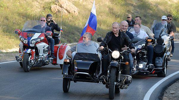 Putyin sisak nélkül motorozik