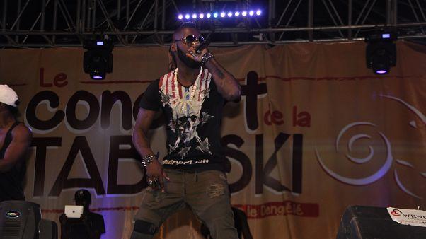 Mort de DJ Arafat : les amoureux de coupé-décalé pleurent l'icône ivoirienne