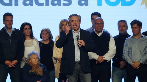 Arjantin'de devlet başkanlığı ön seçimini muhalefet lideri kazandı, Pezo yüzde 30 değer kaybetti