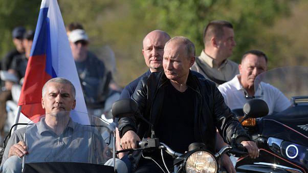 """فيديو لبوتين يتجول بدراجة نارية في """"القرم"""" بعيداً من احتجاجات موسكو"""