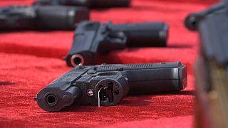 مسدس من الأسلحة التي عرضتها وزارة الداخلية الصينية اليوم