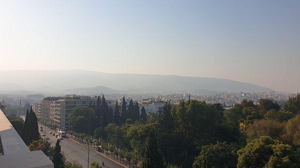 Η οσμή καμμένου είναι έντονη και ακόμα και στην Αθήνα