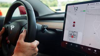 ABD: Tesla aracını kartsız sürebilmek için tüm bilgileri derisinin altına işletti