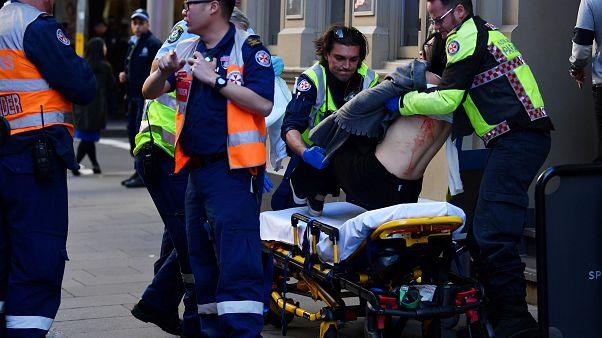 """شاهد لحظة اعتقال مسلح طعن امرأة وطارد المارة وسط سيدني وهو يصرخ """"الله أكبر"""" """"اقتلوني"""""""