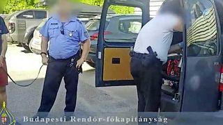 Az egyik gyanúsított jelenlétében vizsgálják át a lefoglalt autót