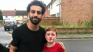 محمد صلاح إلى جانب فتى من مشجعي ناديه ليفربول