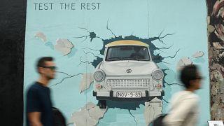 A berlini falon átszökött és életüket vesztett emberekre emlékeztek