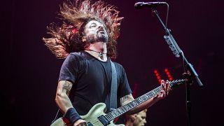 ave Grohl az amerikai Foo Fighters együttes koncertjén a Papp László Budapest Sportarénában 2017. június 26-án.