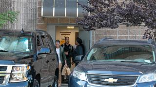 عناصر من مكتب التحقيق الفدرالي يغادرون مبنى السجن حيث وجد إبستين مقتولاً