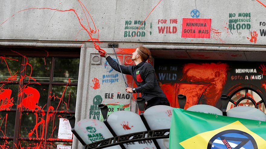 شاهد: محتجون يلطخون سفارة البرازيل بلندن بالطلاء الأحمر تذكيرا بالأمازون