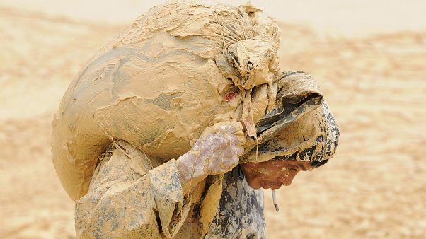 Un hombre trabaja en una mina de tierras raras en el condado de Nancheng, provincia de Jiangxi, 2010