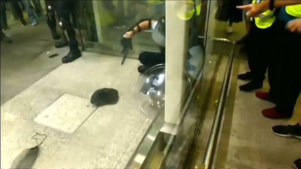 شاهد: اشتباكات عنيفة في مطار هونغ كونغ بين الشرطة ومتظاهرين