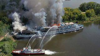 شاهد: حريق هائل في سفينة سياحية غير مأهولة في روسيا