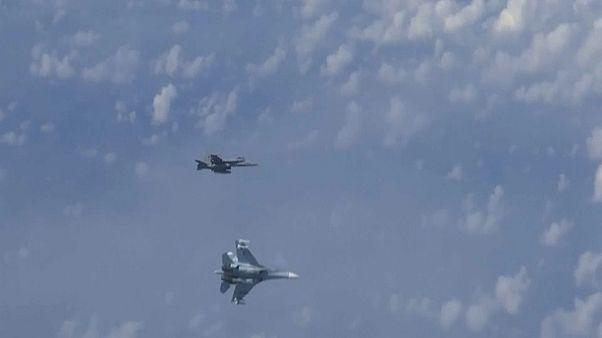 مقاتلة روسية من طراز سوخوي 27 تطارد مقاتلة تابعة لمنظمة حلف شمال الأطلسي من طراز إف-18