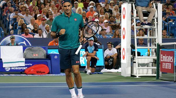 Roger Federer esulta durante il match con l'argentino Londero.