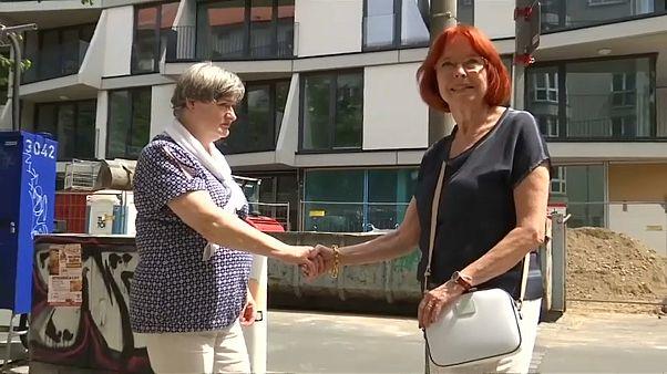 """Berlin Duvarı'nın üzerinden el sıkışan """"duvar kızları"""" 58 yıl sonra yeniden buluştu"""